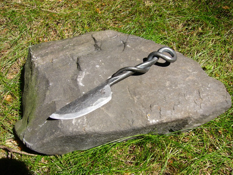Středověký nůž - ručně kovaný - kroucená rukojeť